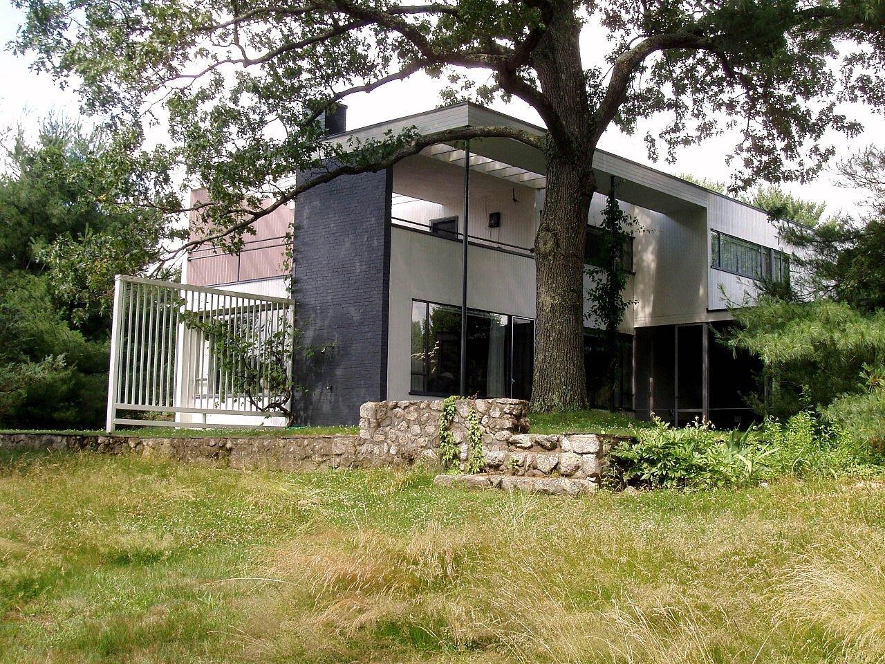 Gropius House, Lincoln Massachusetts | photo courtesy of Daderot and Wikimedia Commons